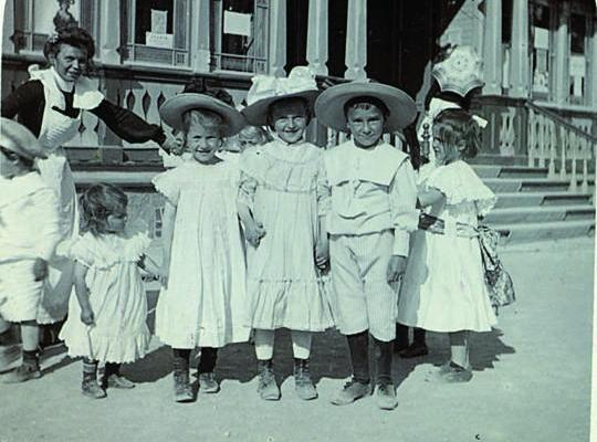 Children in front of Kuursaal, early 20th century