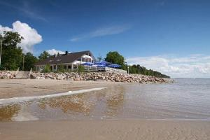 Doberani Beach House, accommodatin right on the sandy beach of Valgeranna