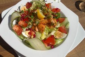 Pizzahunt salad with grilled salmon