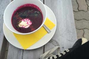 Rote beete Suppe im Restaurant Roograhu