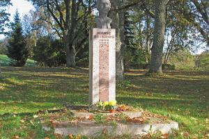 Memorial to Marie Heiberg in Urvaste church park