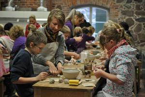 Making a ceramic or a glass item at Olustvere manor