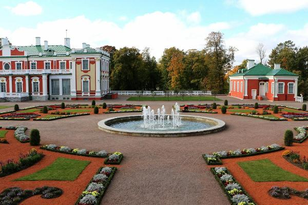 Guided walk in Tallinn Old Town and car tour in Kadriorg-Pirita region
