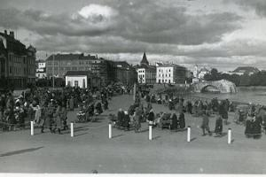 Tartu market (former food market area) on the right bank of the river Emajõgi. Destroyed Stone Bridge in the background